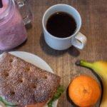 Ravintola Buustin aamupala: smoothie, ruisleipä, kahvi, banaani ja mandariini.